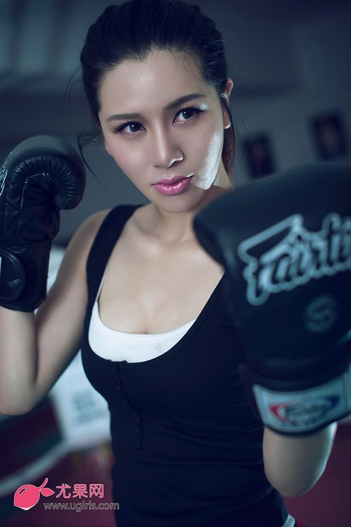 为传达正能量,尤果网杜乔这次出演性感女拳击手,狂野火辣重塑经典暴力美学。静若处子,动若脱兔来形容她最合适不过,娇小的身体到底蕴含了多大的能量?本组写真会给你一个满意的答案。