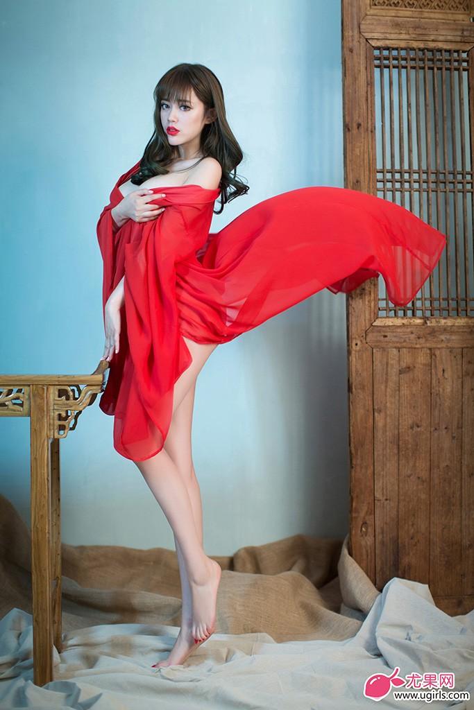 一向都是长发飘逸迷人的车模王轶玲,配合尤果拍摄主题大片。片中她头发略显凌乱,以简洁风格的黑色和白色内衣为主打,或干练或柔美,冷峻帅气却依然难掩性感魅惑,别具风情。