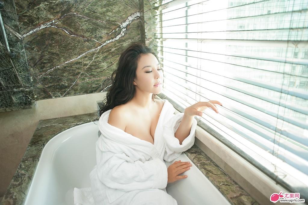 """初夏伊始,尤果女神""""人间胸器""""Anna呼之欲出,天生性感尤物的她,一举手,一伸腰,一掠发,一抬眼,深入骨髓的性感,若隐若现的美景。"""