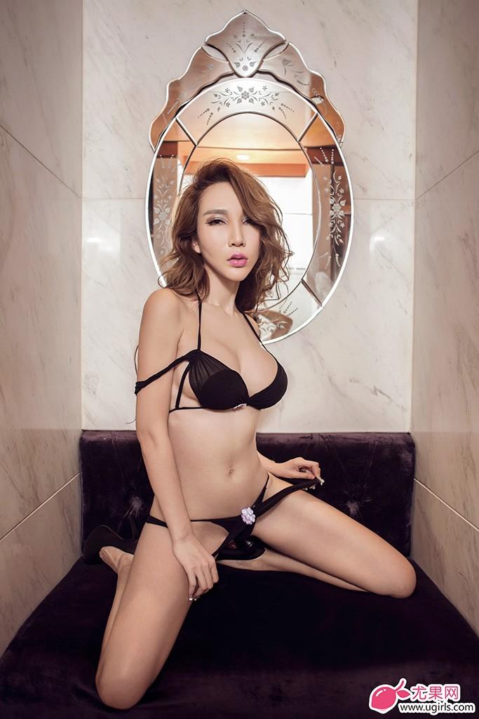 长相妖姬,身材性感热辣的尤果女神陈怡曼,酥胸半掩出镜,不用太多言语,所有目光都会被她曼妙身姿吸引过去,只需要跟随她的身影不停的按快门而已。