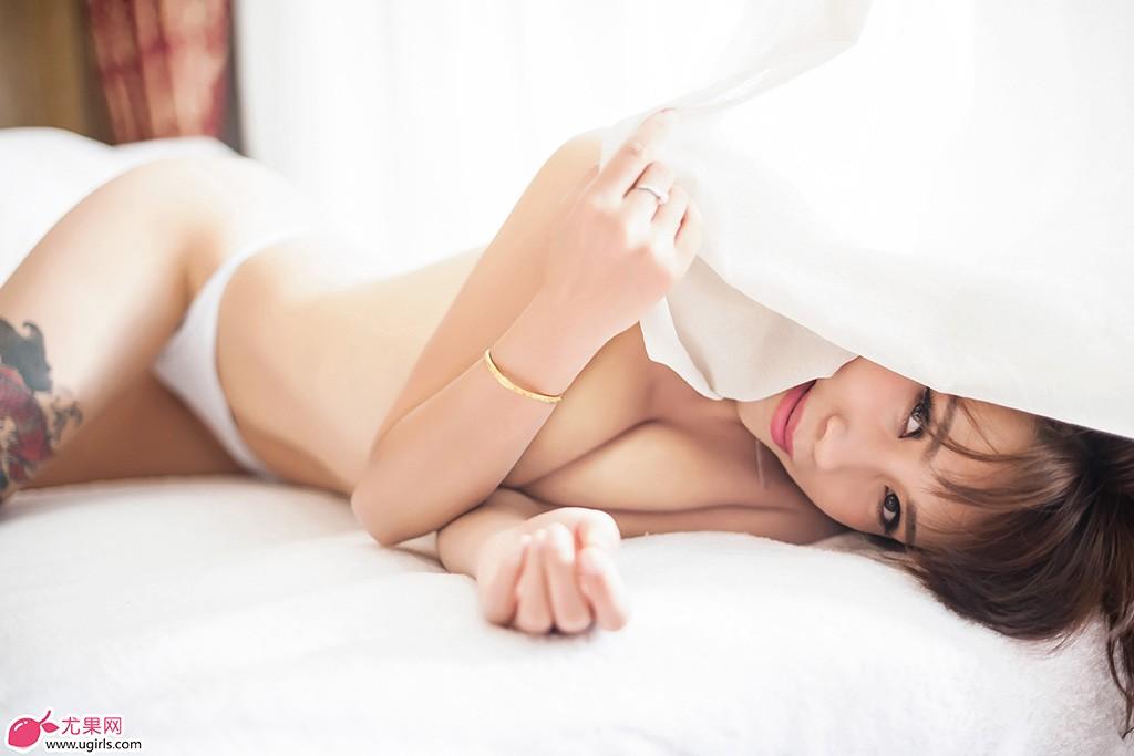 美女田依依她没有花臂,但被网络上被誉为成熟狂野御姐型模特,浓密波浪的长发随意披在肩头,浓密的睫毛、诱惑的眼神、性感丰厚的双唇,无时无刻不透露出万种风情。