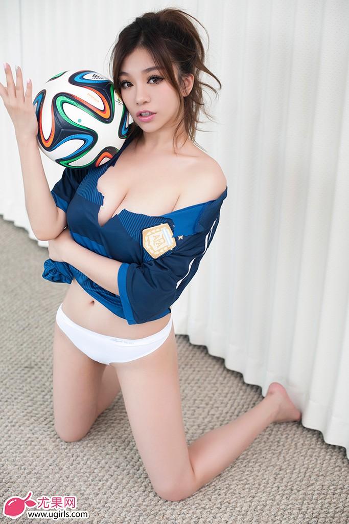 阿根廷场上看梅西,场下看足球宝贝刘娅希,为了助威世界杯,刘娅希拍摄清凉写真,力挺潘帕斯雄鹰阿根廷登上世界杯巅峰。