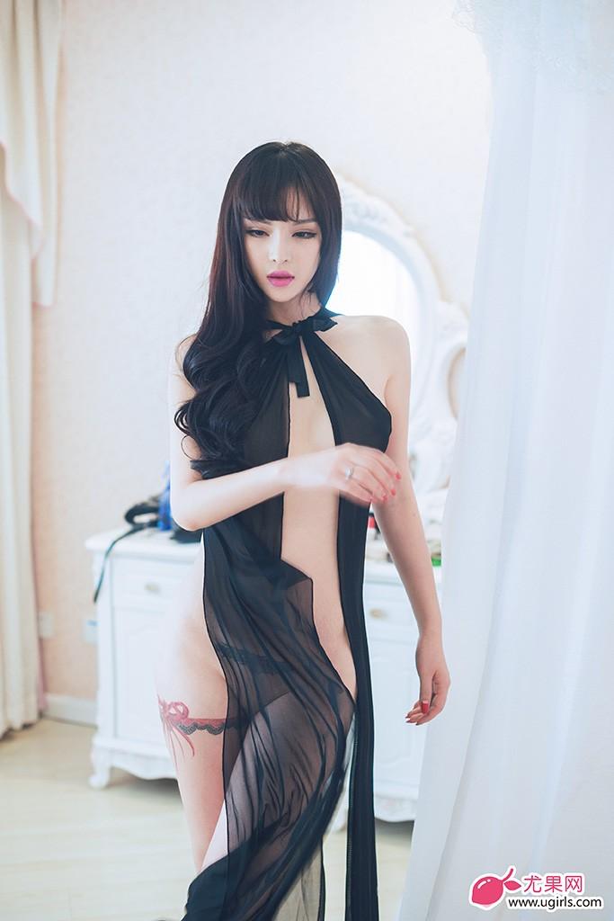 本组照片尤果女神颜瑜一袭黑色女王装束,优雅中的性感,风情万种。姿势挑逗、表情妩媚撩人,散发着美杜莎般的禁忌美艳。在狂野风情尽显的同时,别有趣味的纹身更令人血脉喷张。
