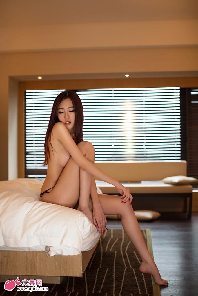 尤果女神郭婉祈此次合作,大方展示美丽胴体,透视黑丝妖娆,性感低胸露腰。大秀S曲线媚态,酥胸美腿尽显诱惑。白纱薄纱轻遮,美胸利器诱惑挡不住,简直就是最性感的维纳斯女神。