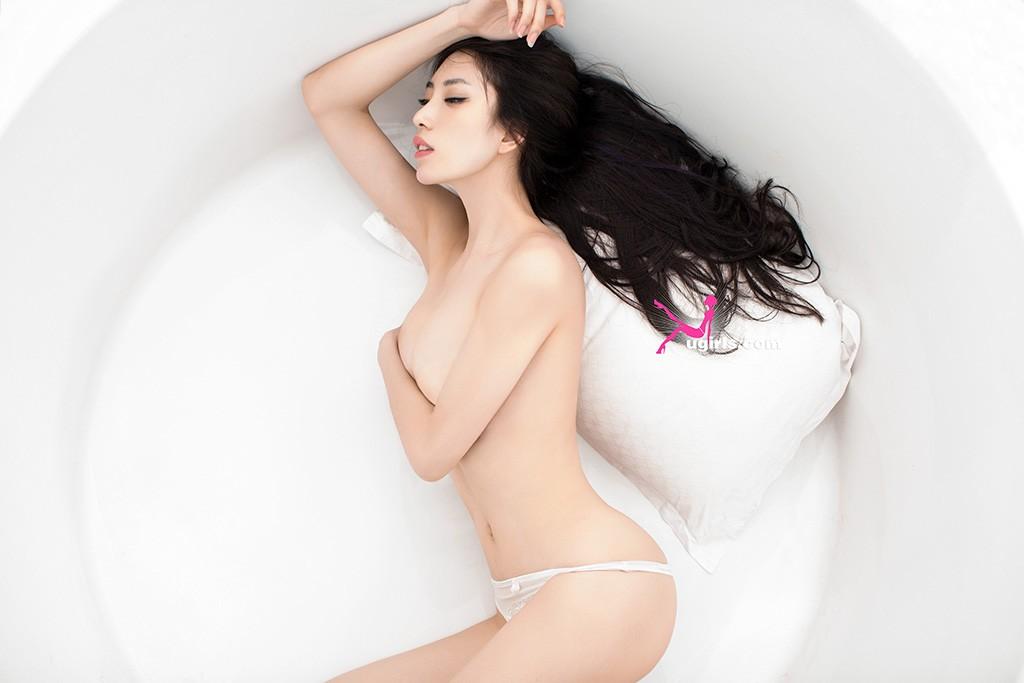 尤果网耶利米飘逸长发出镜,大秀诱人身材,黑白两色蕾丝内衣使其火辣凹凸的曼妙身材一展无余,呈现出一场视觉诱惑的饕餮大餐。浴缸里,纤腰长发,玉体迎风,让人引发无限联想。