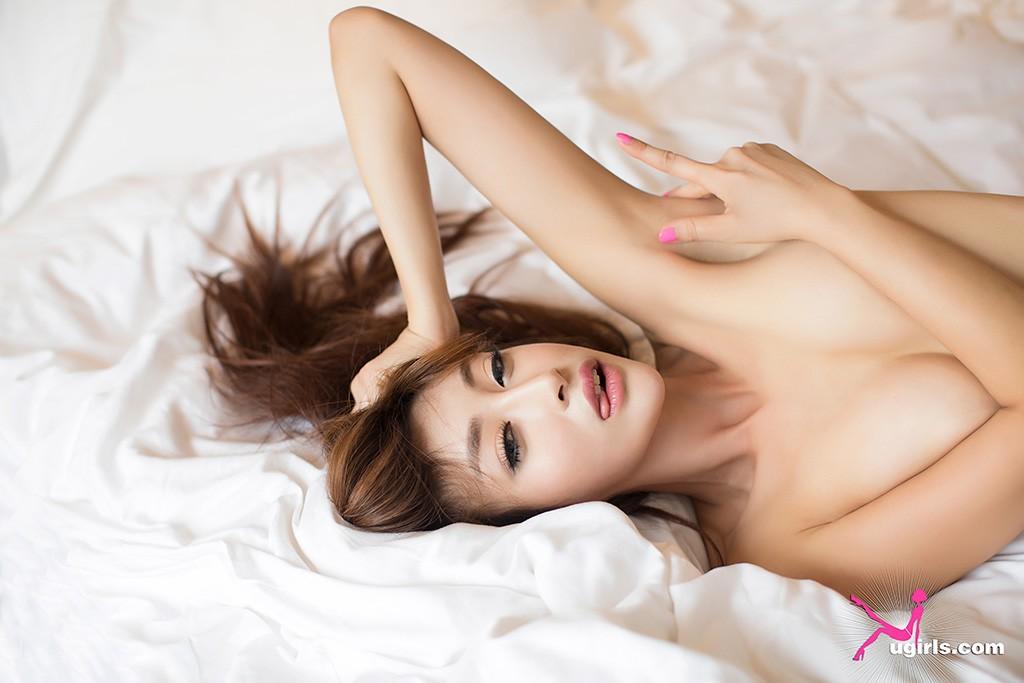尤果网曼苏拉娜大秀诱人身姿,超完美身段是其致命武器,吸引了无数人的眼球。眼神鬼魅,粉紫色蕾丝性感诱惑的睡衣妖娆出镜,冰肌玉骨,香肩美腿,一览无余。