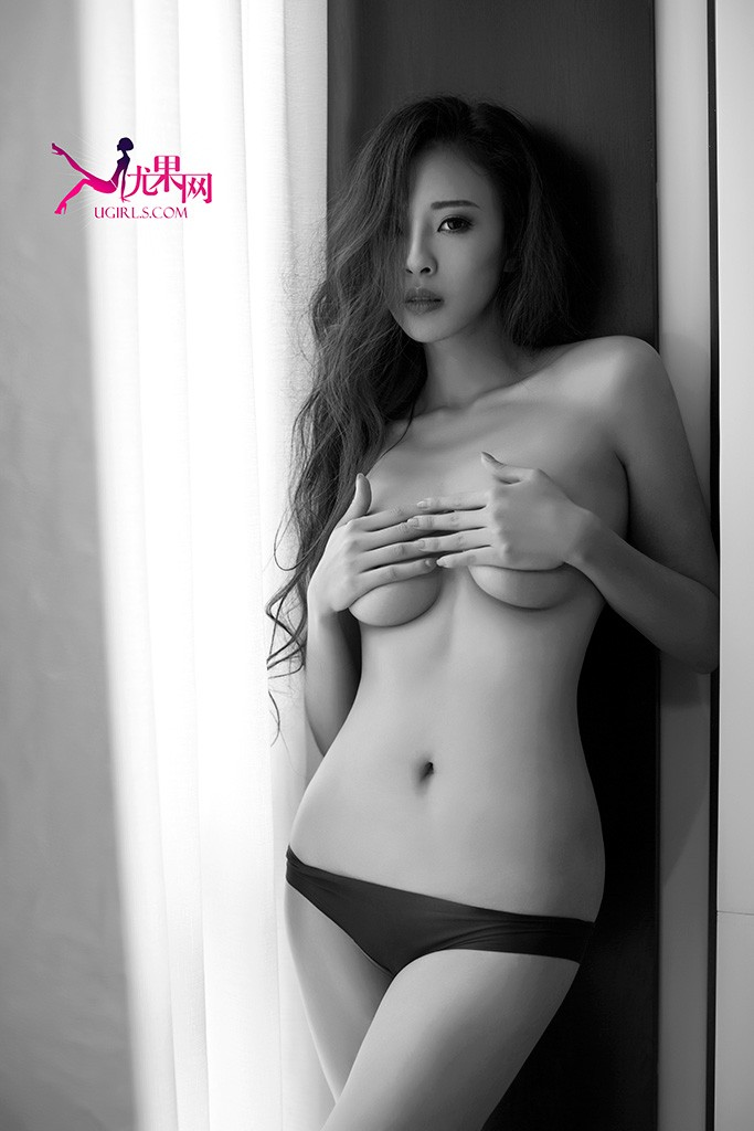 长腿模特曾晨夏日性感写真集,性感火辣比基尼秀香肩玉臂美腿,更有蕾丝内衣半裸出镜诱惑无限!