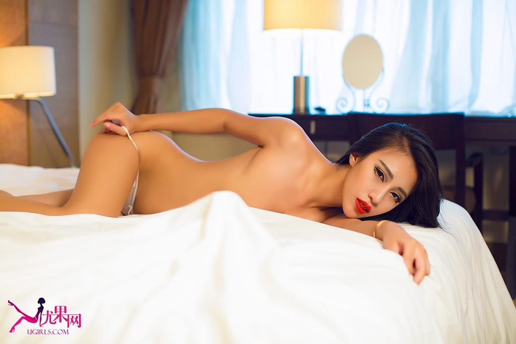 尤果女郎郭铃茜拍摄的一组复古性感主题写真,在暧昧昏黄的灯光下,演绎介于青涩与成熟之间独有的女人情愫,或御姐范趴床高贵魅惑,或镂空蕾丝极尽诱惑;妖娆的身段,魅惑的眼神,完美演绎男人无法抗拒的喷血诱惑。