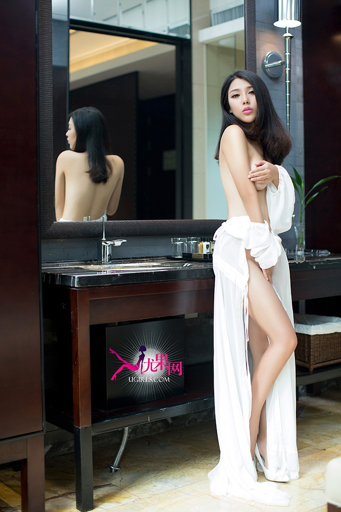 本组写真尤果张栩菲化身性感女神,在黑色蕾丝性感睡衣衬托下,致命美胸呼之欲出,透出朦胧般的迷人魅力;一袭白色长裙也不能阻挡诱人的曲线,肤光胜雪,极为诱惑。