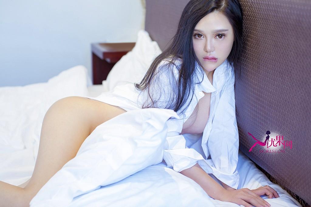有谁希望早上睁开眼睛,枕边睡着一个这样的大美人!她穿着你的白衬衫,一头浪漫又松软的卷发,满眼温柔,娇滴滴的说早安~这样的一个清晨,你还愿意起床吗?也许只有这样一个时刻,你会兴奋跳起来,那就是她穿着性感的睡裙,梳着可爱的丸子头在浴缸里玩水玩到忘记了时间。尤果网最想娶回家的大美女——张熙儿