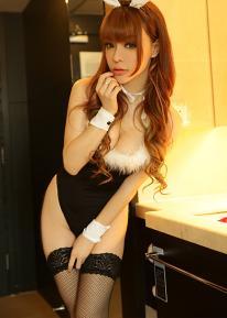 """尤果女郎赵芊羽头戴兔耳帽,身着泳衣,装扮成曼妙身姿的""""兔女郎"""",绝对是宅男们心目中的女神。整组写真不但营造出一种童话美感,更使她天使面孔魔鬼身材得以最完美的方式呈现出来。"""