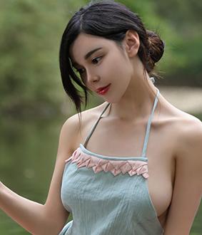 沈佳熹:中国内地模特、演员,玲珑有致,魅惑曲线镜头感、柔韧性俱佳。